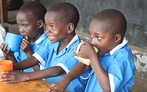 Bild Milch trinkender Kinder in Uganda